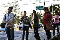 RIO DE JANEIRO, 13.05.2014 - Pessoas se concentram no ponto de ônibus do Posto 12, no Recreio, aguardando o transporte coletivo para ir trabalhar na manhã desta terça-feira. (Foto: Néstor J. Beremblum / Brazil Photo Press)