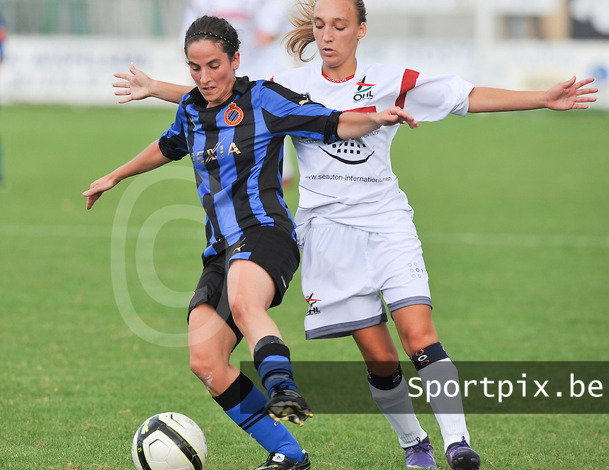 Club Brugge Dames - OHL Oud Heverlee Leuven Dames : Lore Dezeure aan de bal voor Jessica Pironet.Foto David Catry / Vrouwenteam.be