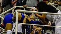 RIO DE JANEIRO, RJ, 14.04.2017 – REXONA-CAMPONESA/MINAS – Jogadora Fabi do Rexona, comemora com torcedora, após vitória, durante a quinta partida válida pela semi-final da Super Liga Nacional de Vôlei Feminino, na Arena Jeunesse, zona oeste da cidade do Rio de Janeiro, na noite desta sexta-feira (14). (Foto: Jayson Braga / Brazil Photo Press)