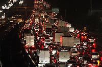 SAO PAULO, SP, 06/06/2012, SAIDA FERIADO CORPOS CHRIST. A chuva complicou a saida do paulistano para o feriado  prolongado de Corpos Christ, na foto a Rod. Dutra. Luiz Guarnieri/ Brazil Photo Press