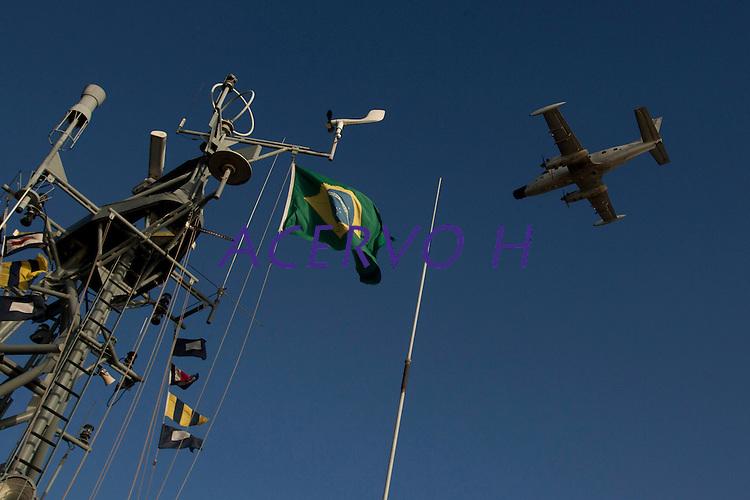 Operação de proteção a fronteira,  combate ao narcotráfico,  garimpos ilegais e contrabando.<br /> Militares patrulham o rio Amazonas, em frente a cidade de Macapá,  a procura de drogas e ouro com abordagens as embarcações que chegam de várias regiões do estado na cidade. <br /> Macapá, Amapá, Brasil.<br /> Foto Paulo Santos <br /> 09/05/2012<br /> <br /> Ágata 4Combater crimes transnacionais e ambientais, o crime organizado, além de intensificar a presença do estado na faixa de fronteira apoiando as populações sãos os principais objetivos da operação ÁGATA 4 lançada pelo    Ministério da Defesa (MD) , no ultimo dia 02/05,  a Operação, uma ação  conjunta das Forças Armadas Brasileiras, com apoio de órgãos federais e estaduais, como a Polícia Federal, o Instituto Brasileiro de Meio Ambiente e dos Recursos Naturais Renováveis (IBAMA), a Secretaria da Receita Federal (SRF), a Polícia Rodoviária Federal (PRF), o Sistema de Proteção da Amazônia (SIPAM), a Força Nacional de Segurança Pública (FNS), a Agência Brasileira de Inteligência (ABIN), Agência Nacional de Aviação Civil (ANAC), Fundação Nacional do Índio (FUNAI), Instituto Chico Mendes de Conservação da Biodiversidade (ICMBio), órgãos de segurança pública dos Estados do Amazonas, Roraima, Pará e Amapá para coibir delitos transfronteiriços e ambientais na faixa de fronteira Norte. Com comando geral em Manaus foram criadas as chamadas frentes de Tarefas, a do rio Negro em São Gabriel da Cachoeira no Amazonas a do rio Branco em Boa Vista Roraima e a do Oiapoque no Amapá todas articuladas entre si. Com efetivo de  8600 homens, e grande logística, vinte e seis aeronaves como o moderno avião Embraer 145 E 99 com os mais variados tipos de censores usados pela inteligência e controle  ou o helicóptero Black Rock para transporte de tropas fazem o apoio aéreo, diversas embarcações como lanchas de aluminio até grandes balsas, dão apoio nos rios e igarapés possibilitando a operação. Água, ter
