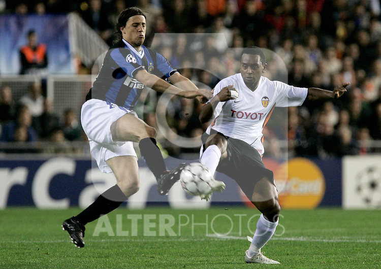 Valencia's miguel Brito against Inter de Milan's Hernan Crespo during Champions League match at Mestalla stadium in Madrid, Tuesday March 06, 2007. (ALTERPHOTOS/Alvaro Hernandez).