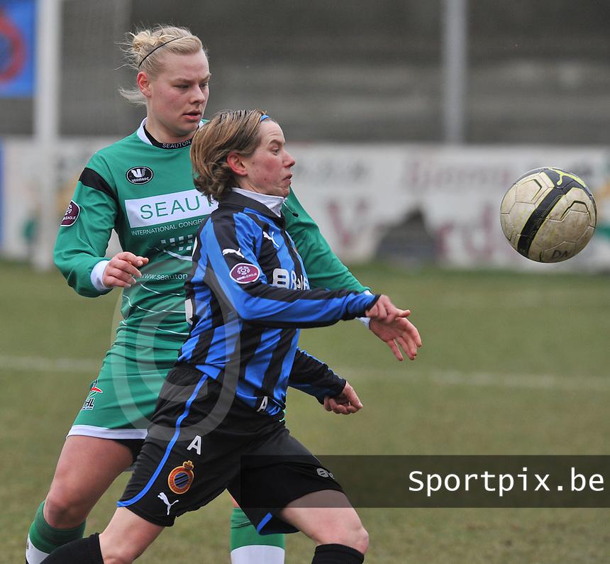 Club Brugge Dames - OHL Oud Heverlee Leuven : Angelique De Wulf aan de bal voor Ella Van Kerkhoven.foto DAVID CATRY / Vrouwenteam.be