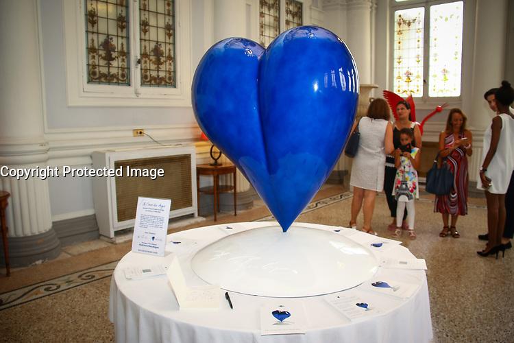 Le COEUR DES ANGES, une sculpture de l'artiste Agnés Patrice-Crepin, un coeur bleu, en hommage aux victimes du 14 juillet 2016 à Nice. La volonté d'une sculpture federatrice et qui incarne l'Amour et l'Espoir, Hotel Westminster, Nice, Sud de la France, samedi 15 juillet 2017.