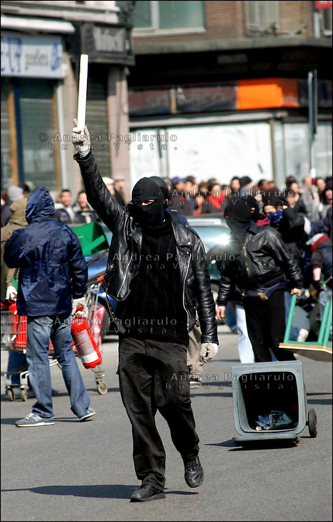 Italia, Milano, scontri in corso Buenos Aires tra forze dell'ordine e giovani antifascisti.<br /> Italy, Milan, clash in Buenos Aires avenue between police and young antifascist