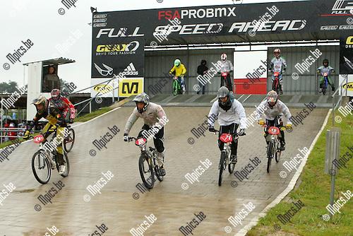 2012-06-03 /  BMX / Dessel / Topcompetitie / De renners spurten uit de startblokken