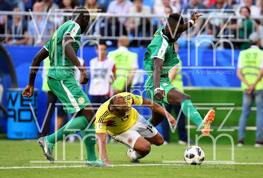 SAMARA - RUSIA, 28-06-2018: Kalidou KOULIBALY (Izq) y Salif SANE (Der) jugadores de Senegal disputan el balón con Luis MURIEL (C) jugador de Colombia durante partido de la primera fase, Grupo H, por la Copa Mundial de la FIFA Rusia 2018 jugado en el estadio Samara Arena en Samara, Rusia. /  Kalidou KOULIBALY (L) and Salif SANE (R) players of Senegal fight the ball with Luis MURIEL (L) player of Colombia during match of the first phase, Group H, for the FIFA World Cup Russia 2018 played at Samara Arena stadium in Samara, Russia. Photo: VizzorImage / Julian Medina / Cont