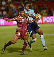 IBAGUE -COLOMBIA, 20 -08-2016. Fainer Torijano  jugador del Tolima disputa el balón con  Jony González  del Junior durante encuentro  por la fecha 9 de la Liga Aguila II 2016 disputado en el estadio Murillo Toro./   Fainer Torijano player of Tolima  fights the ball with  Jony González of Junior  during match for the date 9 of the Aguila League II 2016 played at Murilo Toro stadium . Photo:VizzorImage / Juan Carlos Escobar  / Contribuidor
