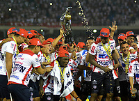 BARRANQUILLA - COLOMBIA - 08 - 11 - 2017: Los jugadores de Atletico Junior, celebran con el trofeo como campeones de la Copa Aguila 2016, en partido jugado en el estadio Metropolitano Roberto Melendez de la ciudad de Barranquilla. / The players of Atletico Junior, celebrate with the trophy as champions of the Copa Aguila 2016 in a match played at the Metropolitano Roberto Melendez Stadium in Barranquilla city, Photo: VizzorImage  / Alfonso Cervantes / Cont.