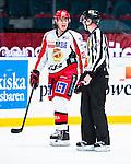 Stockholm 2013-12-28 Ishockey Hockeyallsvenskan Djurg&aring;rdens IF - Almtuna IS :  <br /> Almtuna Alen Bibic &auml;r irriterad efter att ha blivit utvisad och diskuterar med domare Johan Nordl&ouml;f  <br /> (Foto: Kenta J&ouml;nsson) Nyckelord:  utvisning utvisad utvisas arg f&ouml;rbannad ilsk ilsken sur tjurig angry