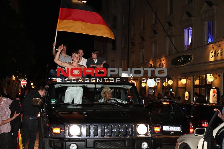 23.06.2010, Leopoldstrasse Schwabing, Muenchen, GER, FIFA Worldcup, Fanfeier nach Ghana vs Deutschland,  im Bild Fans im Autokorso, Foto: nph /  Straubmeier
