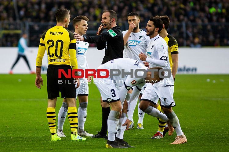 09.02.2019, Signal Iduna Park, Dortmund, GER, 1.FBL, Borussia Dortmund vs TSG 1899 Hoffenheim, DFL REGULATIONS PROHIBIT ANY USE OF PHOTOGRAPHS AS IMAGE SEQUENCES AND/OR QUASI-VIDEO<br /> <br /> im Bild | picture shows:<br /> Schiedsrichter | Referee Marco Fritz mit Maximilian Philipp (Borussia Dortmund #20) nach dessen Foul an Dennis Geiger (Hoffenheim #8),  <br /> <br /> Foto &copy; nordphoto / Rauch
