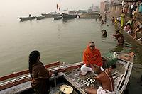 30.11.2008 Varanasi(Uttar Pradesh)<br /> <br /> Couple making puja on a boat in Ganga river.<br /> <br /> Couple,faisant une puja sur un bateau sur le Gange.