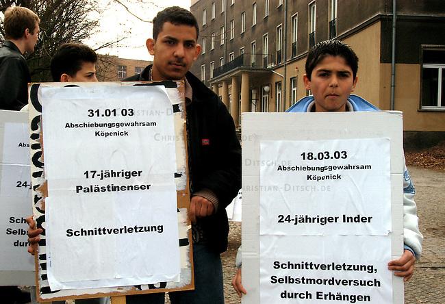 Protest gegen Auslaenderbehoerde in Berlin<br /> Mehrere antirassistische Initiativen, unter ihnen die Antirassistische Initiative (ARI), sowie die Jugendorganisationen von PDS (solid) und JungdemokratInnen/Junge Linke Veranstalteten am Donnerstag den 27. Maerz 2003 vor der Auslaenderbehoerde ein Kundgebung unter dem Motto &quot;Aschiebeknaeste oeffnen - Auslaenderbehoerden schliessen&quot;. Ausloeser fuer die Kundgebung waren die vermehrten Suizid-Versuche im Abschiebegefaengnis Berlin-Gruenau.<br /> Hier: Demonstranten halten Schilder mit Daten der Suizid-Versuche.<br /> 27.3.2003, Berlin<br /> Copyright: Christian-Ditsch.de<br /> [Inhaltsveraendernde Manipulation des Fotos nur nach ausdruecklicher Genehmigung des Fotografen. Vereinbarungen ueber Abtretung von Persoenlichkeitsrechten/Model Release der abgebildeten Person/Personen liegen nicht vor. NO MODEL RELEASE! Nur fuer Redaktionelle Zwecke. Don't publish without copyright Christian-Ditsch.de, Veroeffentlichung nur mit Fotografennennung, sowie gegen Honorar, MwSt. und Beleg. Konto: I N G - D i B a, IBAN DE58500105175400192269, BIC INGDDEFFXXX, Kontakt: post@christian-ditsch.de<br /> Bei der Bearbeitung der Dateiinformationen darf die Urheberkennzeichnung in den EXIF- und  IPTC-Daten nicht entfernt werden, diese sind in digitalen Medien nach &sect;95c UrhG rechtlich geschuetzt. Der Urhebervermerk wird gemaess &sect;13 UrhG verlangt.]