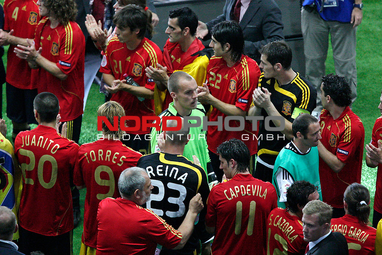 UEFA Euro 2008  Finale - Spanien Europameister 2008<br /> <br /> Vienna - Ernst Happel Match 32<br /> Deutschland ( GER ) - Spanien ( ESP ) 0:1<br /> <br /> Oliver Neuville (  Germany / Angreifer / Forward / Gladbach #10 ) Robert Enke (Germany / Torh&uuml;ter / Goalkeeper /  HANNOVER #12) gehen durch den Spalier der spanischen Spieler <br /> <br /> Foto &copy; nph (  nordphoto  )<br /> <br /> <br /> <br />  *** Local Caption ***