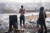 Ein Geflüchteter wäscht sich draußen, da es im Camp keine Duschen gibt. // Belgrad, Serbien - 21.01.2017 - Ungefähr 10000 Geflüchtete sitzen in Serbien fest. Durch die Schließung der Balkanroute können sie ihr Ziel nicht erreichen und sind auf die Grenzöffnung oder Schlepper angewiesen. Schlepper versprechen ihnen sie nach Kroatien oder Ungarn zu bringen und wollen dafür mehrere tausend Euro. Meist ist das erfolglos. Einige hundert Geflüchtete wohnen in Baracken am Belgrader Hauptbahnhof unter schlechten Bedingungen. Andere sind in Camps untergebracht.