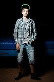 Der vierzehnjährige Ilya lebt mit seiner Großmuter seit 8 Monaten in Charkiw. Die beiden sind in einem Studentenwohnheim untergekommen, in einem Zimmer, das so groß ist wie die Turnmatte, die hinter ihm liegt.. Seine drei Brüder Danyla, Sascha und Kiril sind in Horliwka geblieben, die Eltern sind tot. Es war nicht seine Entscheidung, seine Heimat zu verlassen, sagt er. Aber als Die Kämpfe zwischen ukrainischen Regierungstruppen und Separatisten schlimmer wurden, handelte seine Oma kurzentschlossen und floh mit ihm nach Charkiw. Er hofft, dass er in einem halben Jahr zurückkehren kann, aber in dem Ort wird immer noch geschossen. Horliwka stand lange unter der Kontrolle des Separatistenführers Igor Strelkow. Beide Seiten setzten in den Kämpfen Grad Raketen und schwere Artillerie ein. // Das Flüchtlingswerk der vereinten Nationen geht nach Informationenen des Ukrainischen Sozialministeriums von 1.357918 registirierten Binnenflüchtlingen aus. Die Statistik erfasst jedoch nicht jene, die in den Gebieten leben, die von den prorussischen Separatisten kontrolliert werden. 13 Prozent der ukrainischen Binnenflüchtlinge (IDPs) sind Kinder. Die Hilsoganisation Vostok SOS Schätzt die Zahl der ukrainischen Binnenflüchtlinge auf ca. 2 Millionen. Wer kein Kindergeld oder andere Versorgungsleistungen des States in Anspruch nehmen kann, lässt sich nicht registrieren. Qullen: http://vostok-sos.org // http://reliefweb.int/sites/reliefweb.int/files/resources/gpc_factsheet_june_2015_en_0.pdf