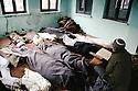 Turquie 1991.Prière dans la mosquée de Tchoukourdja pour les réfugiés kurdes décédés.Turkey 1991.Prayer for the dead Kurdish refugees in Tchulurdja 's mosque
