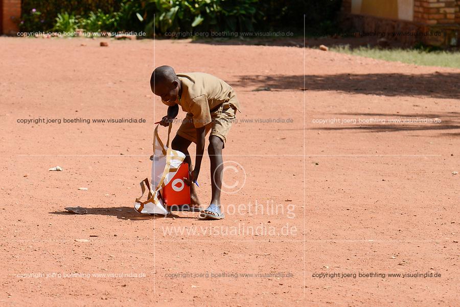 RUANDA, Butare, Institut Saint Boniface, Krankenstation Gikonko, Bestellung von Blutkonserven per Drohne bei zipline mit dem Smartphone über whatsup, Ankunft der Drohne und Abwurf des Pakets mit einem kleinen Fallschirm