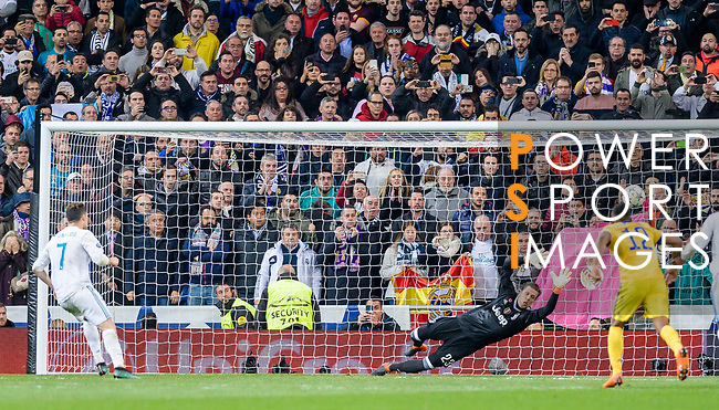 Goalkeeper Wojciech Szczęsny of Juventus (C) reaches for the ball after an attempt at goal by Cristiano Ronaldo of Real Madrid (L) during the UEFA Champions League 2017-18 quarter-finals (2nd leg) match between Real Madrid and Juventus at Estadio Santiago Bernabeu on 11 April 2018 in Madrid, Spain. Photo by Diego Souto / Power Sport Images