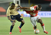 BOGOTÁ -COLOMBIA, 08-08-2015. Dairon Mosquera (Der) jugador de Independiente Santa Fe disputa el balón con Carlos Arboleda (Izq) jugador de Águilas Doradas durante partido por la fecha 5 de la Liga Aguila II 2015 jugado en el estadio Nemesio Camacho El Campín de la ciudad de Bogotá./ Dairon Mosquera (R) player of Independiente Santa Fe fights for the ball with Carlos Arboleda (L) player of Aguilas Doradas during the match for the 5th date of the Aguila League II 2015 played at Nemesio Camacho El Campin stadium in Bogotá city. Photo: VizzorImage/ Gabriel Aponte / Staff
