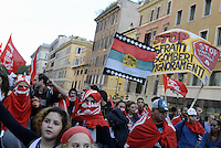 Roma, 19 Ottobre 2013<br /> Corteo contro l'austerità e la precarietà<br /> lo spezzone dei movimenti per la casa.<br /> Donne musulmane con la bandiera contro gli sfratti usata come velo