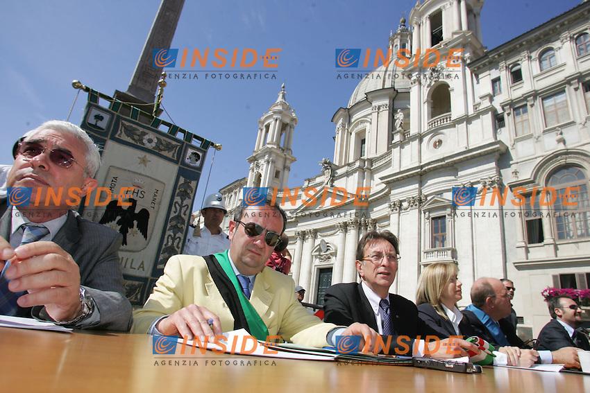 IL TAVOLO DELLA PRESIDENZA CON MASSIMO CIALENTE<br /> Roma 24/06/2010 Manifestazione della Giunta  dell'Aquila con la partecipazione dei sindaci di vari comuni e con il sindaco dell'Aquila davanti al Senato.<br /> Photo Samantha Zucchi Insidefoto