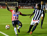 BARRANQUILLA - COLOMBIA, 26-04-2018: Yimmy Chará (Izq.) jugador de Atlético Junior disputa el balón con Miguel Araujo (Der.) jugador de Alianza Lima, durante partido entre Atlético Junior (Col) y Alianza Lima (PER), de la fase de grupos, grupo H, fecha 4, por la Copa Conmebol Libertadores 2018, jugado en el estadio Metropolitano Roberto Meléndez de la ciudad de Barranquilla. / Yimmy Chara (L) player of Atletico Junior vies for the ball with Miguel Araujo (R) player of Alianza Lima, during a match between Atletico Junior (Col) and Alianza Lima (PER), of the group stage, group H, 4th date for the Copa Conmebol Libertadores 2018 at the Metropolitano Roberto Melendez Stadium in Barranquilla city. Photo: VizzorImage  / Alfonso Cervantes / Cont.