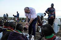 KENYA Turkana Region, Kakuma , Turkana a nilotic tribe , hunger catastrophy are permanent due to drought and bad harvest, Don Bosco distributes food / KENIA Turkana Region , Kakuma, hier leben die Turkana ein nilotisches Volk, durch Duerre und Missernten kommt es hier regelmaessig zu Hungersnoeten, Verteilung von Nahrungsmittel durch Don Bosco, , Fr. Felice Molino, sdb <br /> Salesianer Don Bosco