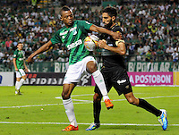PALMIRA -COLOMBIA-06-11-2015. Harold Preciado (Izq) jugador del Deportivo Cali disputa el balón con Jorge H. Menosse (Der) de Once Caldas  durante partido válido por la fecha 19 de la Liga Aguila II 2015 jugado en el estadio Palmaseca de la ciudad de Palmira./  Harold Preciado (L) player of Deportivo Cali fights for the ball with Jorge H. Menosse (R) player of Once Caldas during match for the date 19 of the Aguila League II 2015 played at Palmaseca stadium in Palmira city.  Photo: VizzorImage/ NR /Cont