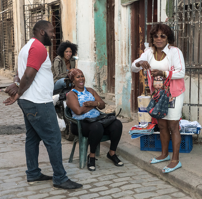 Family discussion on the street, La Habana Vieja