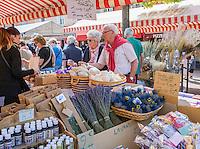 France, Provence-Alpes-Côte d'Azur, Nice: shopping flowers, fruit and vegetables at Cours Saleya | Frankreich, Provence-Alpes-Côte d'Azur, Nizza: Einkaufen in Nizza, z.B. Blumen, Obst und Gemuese auf dem Cours Saleya