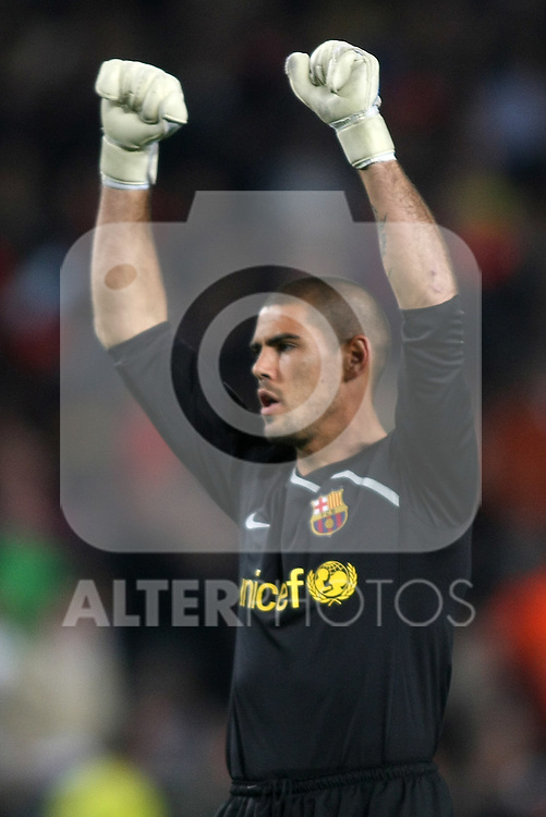 FC Barcelona's Victor Valdes celebrates the victory after the UEFA Champiosn League match.April 8 2009. (ALTERPHOTOS/Acero).
