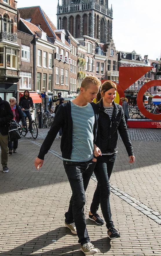 Nederland, Utrecht, 10 okt 2014<br /> Mensen op straat.  Stel loopt hand in hand door de binnenstad van Utrecht.<br /> Foto: (c) Michiel Wijnbergh