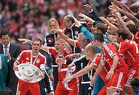 Fussball 1. Bundesliga   Saison  2012/2013   34. Spieltag   FC Bayern Muenchen  - FC Augsburg     11.05.2013 JUBEL; Deutscher Meister 2012/2013 FC Bayern Muenchen Philipp Lahm mit Meisteschale, Bastian Schweinsteiger, Trainer Jupp Heynckes, Arjen Robben, Franck Ribery (v.li.)