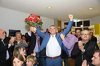 Büttelborn 28.10.2018: Bürgermeister- und Landtagswahl<br /> SPD-Bürgermeisterkandidat Marcus Merkel bejubelt den Ausgang der Wahl zu seinen Gunsten. Die Anwesenden applaudieren ihm<br /> Foto: Vollformat/Marc Schüler, Schäfergasse 5, 65428 R'heim, Fon 0151/11654988, Bankverbindung KSKGG BLZ. 50852553 , KTO. 16003352. Alle Honorare zzgl. 7% MwSt.