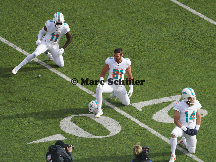 Wide receiver DeVante Parker (11) of the Miami Dolphins, tight end Durham Smythe (81) of the Miami Dolphins, quarterback Ryan Fitzpatrick (14) of the Miami Dolphins machen sich warm - 08.12.2019: New York Jets vs. Miami Dolphins, MetLife Stadium New York