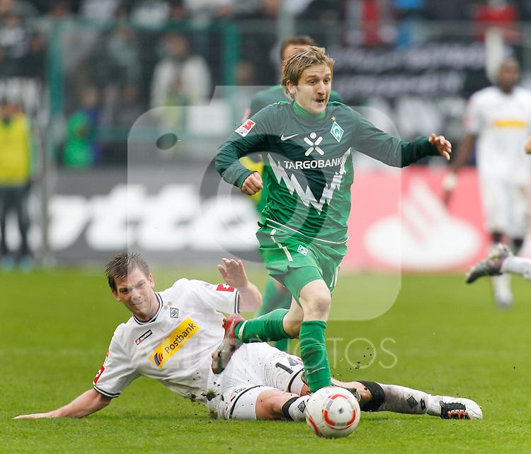23.10.2010, Borussia Park, Mönchengladbach (Moenchengladbach), GER, 1.FBL, Borussia Mönchengladbach vs  Werder Bremen, im Bild:  . Marko Marin (Werder Bremen GER #10) vs Thorben Marx (Möchengladbach GER #14), Foto © nph / Scholz