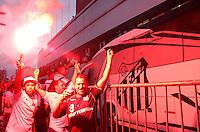 SANTOS,SP,07 MARÇO 2012 - COPA SANTANDER LIBERTADORES 2012 - SANTOS x INTER RS - Torcedores  do Santos  durante a chegada do time para a partida Santos X Inter RS válido pela 2º rodada da fase de grupo da Copa Santander Libertadores no Estádio Urbano Caldeira (Vila Belmiro), no litoral sul de São Paulo na noite desta quarta feira (07). (FOTO: ALE VIANNA -BRAZIL PHOTO PRESS).