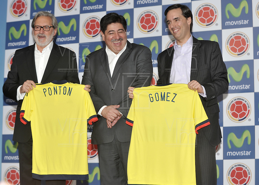 BOGOTA - COLOMBIA - 13-04-2015: Luis Bedoya (Cent.) Presidente de la Federacion Colombiana de Futbol (FCF),  Ariel Ponton (Izq.) CEO de Movistar Colombia y Alfonso Gomez (Der.) Presidente Ejecutivo  de Telefonica Colombia, durante la renovación del patrocinio de Movistar como socio oficial de la Selección Colombia de Futbol. / Luis Bedoya (C) President of the Colombian Football Federation (FCF),  Ariel Ponton (L) CEO of Movistar Colombia and Alfonso Gomez (R) Executive Chairman of Telefónica Colombia (R), during the renewal of Movistar as sponsorship as official partner of Colombia Soccer Team.  / Photo: VizzorImage / Luis Ramirez / Staff.