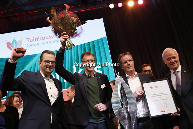 VidiPhoto<br /> <br /> LISSE - De 32e editie van de Tuinbouw Ondernemersprijs is gewonnen door Royal Lemkes uit Bleiswijk. Het handelshuis mag zich een jaar lang topambassadeur van de tuinbouwsector noemen. Royal Lemkes ontving de prestigieuze ondernemersprijs voor durf, doorzettingsvermogen en duurzaam ondernemen tijdens de drukbezochte nieuwjaarsbijeenkomst van de tuinbouw op 10 januari op Keukenhof in Lisse. Royal Lemkes was &eacute;&eacute;n van de drie genomineerde bedrijven, samen met biologisch-dynamische groenteteler De Lepelaar uit Sint Maarten (NH) en orchidee&euml;nteler OK Plant uit Naaldwijk. Voor het derde jaar op rij heeft de tuinbouwsector goede zaken gedaan. Het is duidelijk dat er een eind is gekomen aan veel jaren van extreem lage inkomens. De grootste inkomensstijging vond plaats binnen de glastuinbouwsector. Kasgroentetelers voeren de lijst aan, direct gevolgd door pot- en perkplantenkwekers. De snijbloementelers volgen een gestaag stijgende lijn. In 2017 steeg de Nederlandse export van verse groenten en fruit met 2 procent naar 9,6 miljard.  Consumenten gaven in de supermarkt 5 procent meer uit aan biologische producten, hoewel de totale fruitconsumptie licht daalde. De export van bloemen en planten groeide met ruim 5 procent en haalde vorig jaar een nieuw record van 6 miljard euro, mede dankzij snel groeiende afzetmarkten in Oost-Europa. Foto: Prijsuitreiking door voorziter Nico Koomen (r) van de Tuinbouw Ondernemersprijs aan Royal Lemkes uit Bleiswijk. V.l.n.r. Michiel van Veen, Michiel de Haan en Cees van der Mey.