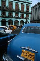 Cuba/La Havane: Voitures américaines et façades sur le Paséo de Marti face au Capitolio - Architecture baroque et couleurs de l'Art Déco