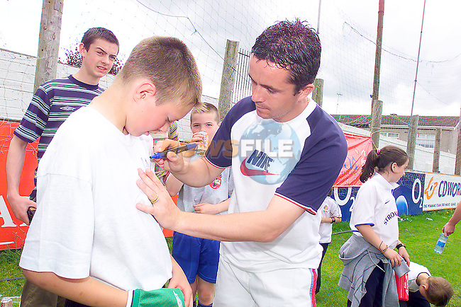 Stephen Campbell getting Gary Kelly to sign his jersey after the coaching camp in Drogheda united sponsored by drogheda Concentrates.Photo Fran Caffrey/Newsfile.ie..This picture has been sent to you by:.Newsfile Ltd,.3 The View,.Millmount Abbey,.Drogheda,.Co Meath..Ireland..Tel: +353-41-9871240.Fax: +353-41-9871260.GSM: +353-86-2500958.ISDN: +353-41-9871010.IP: 193.120.102.198.www.newsfile.ie..email: pictures@newsfile.ie..This picture has been sent by Fran Caffrey.francaffrey@newsfile.ie