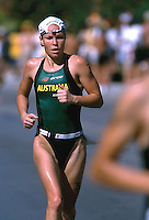 10 NOV 2002 - CANCUN, MEX - Loretta Harrop (AUS) - Elite Womens ITU World Triathlon Championships (PHOTO (C) NIGEL FARROW)