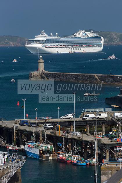 Royaume-Uni, îles Anglo-Normandes, île de Guernesey, Saint Peter Port: port et bateau de croisière // United Kingdom, Channel Islands, Guernsey island, Saint Peter Port: harbour and  cruise ship