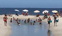 RIO DE JANEIRO, RJ, 24 FEVEREIRO 2013 - LINGUA NEGRA COPACABANA -  Uma lingua negra e vista na praia de Copacabana proximo ao posto 4 em Copacabana entre a rua Siqueira Campos e Figueiredo de Magalhaes nesse domingo 24(FOTO:LEVY RIBEIRO / BRAZIL PHOTO PRESS)..
