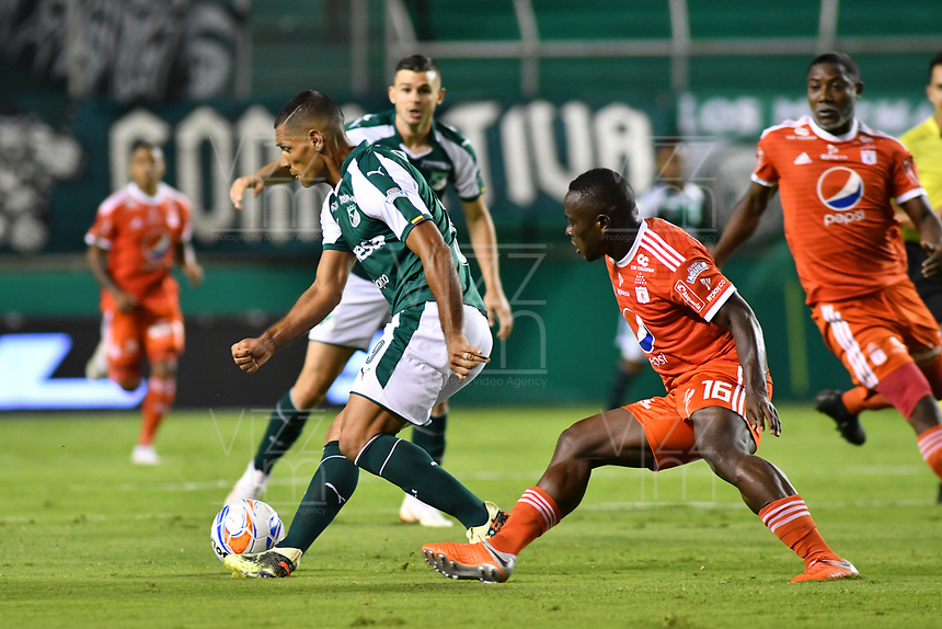 PALMIRA - COLOMBIA, 18-10-2018: Jose Sand (Izq) del Deportivo Cali disputa el balón con Jonny Mosquera (Der) de América de Cali durante partido por la fecha 15 de la Liga Aguila II 2017 jugado en el estadio Palmaseca de Cali. / Jose Sand (L) player of Deportivo Cali fights for the ball with Jonny Mosquera (R) player of America de Cali during match for the date 15 of the Aguila League II 2017 played at Palmaseca stadium in Cali.  Photo: VizzorImage/ Nelson Rios / Cont