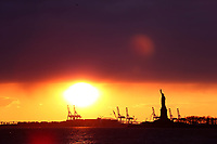NOVA YORK, EUA, 24.12.2018 - TURISMO-EUA - Por-do-sol é visto a partir do Battery Park na Ilha de Manhattan nos Estados Unidos na tarde desta segunda-feira, 24. Do local da pra avistar a Estatua da Liberdade. (Foto: William Volcov/Brazil Photo Press)