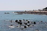 Alte Poller im Wasser bilden ein künstliches Riff am Olympic Beach - 24.06.2017: Strand Olympic Beach in Sotschi am Fisht Stadium