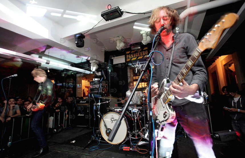 CIUDAD DE M&Eacute;XICO, DF. Julio 13, 2013  &ndash;  Oliver Ackermann  (guitarrista), Dion Lunadon (bajista) y Robi Gonz&aacute;lez (baterista)  del grupo de rock de Nueva York , &quot;A Place to Bury Strangers&quot;, tocan  en el Bar Pasag&uuml;ero de la Ciudad de M&eacute;xico.  FOTO: ALEJANDRO MEL&Eacute;NDEZ<br /> <br /> MEXICO CITY, DF. July 13, 2013 - Oliver Ackermann (guitar), Dion Moontouched (bass) and Robi Gonzalez (drums) rock group from New York, &quot;A Place to Bury Strangers&quot;, played on the Bar Pasag&uuml;ero Mexico City. PHOTO: ALEJANDRO MELENDEZ